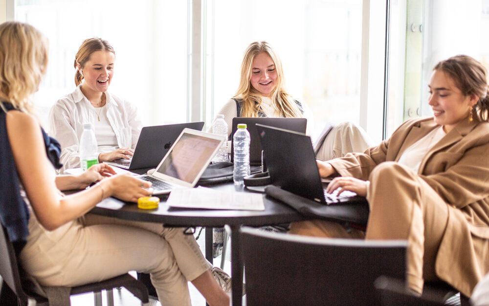 Overvejer du Ørestad Gymnasium? Book et online møde med elev eller studievejleder